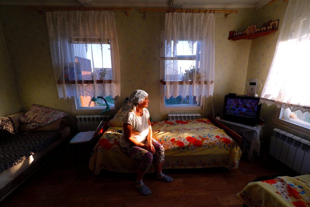 Η γιαγιά Ιρίνα στο σπίτι της στην Αλεξάντροβκα